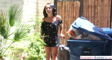 Качок Джони Кастл трахает красивую девушку в черном прикиде