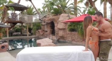 Красотка со своим мужем трахается возле бассейна на шикарной вилле