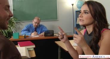 Малышка трахнулась с одноклассником в школе пока учителя нет в классе