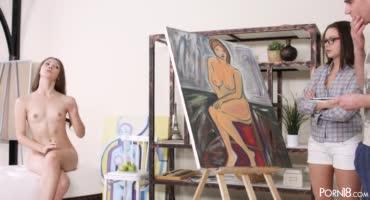 Натурщица с удовольствием оказала дополнительную услугу молодому художнику