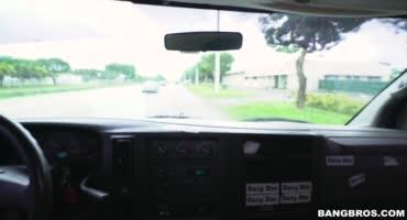 Красивая мулатка сосет большой член мужика в микроавтобусе