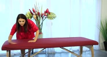 Массажистка делает не только классный массаж, но и умело обращается с членом