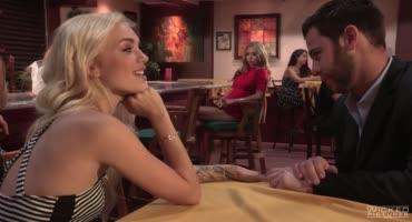 Красивая блондинка предложила незнакомке заняться сексом с её парнем