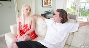 За разговорами молодая блондочка не поняла, как член оказался у нее в губах