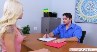 Ради хорошей работы блондинка была готова заняться сексом в офисе