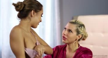 Мамуля устроила эротический массаж дочке и классный секс