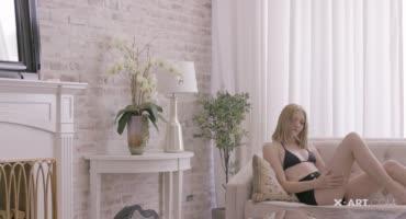 Сочная блондиночка ублажает себя в просторной комнате