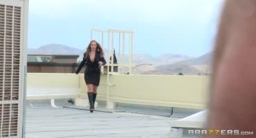 Парень дерет зрелую даму прямиком на крыше