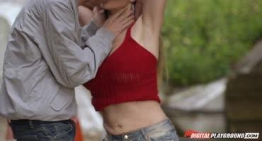 Секс на улице не смогли прервать даже люди, которые проходили мимо
