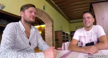 Официантка за деньги решила полностью отдаться двум парням