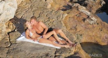 У молодой пары вышел отменный секс на пляже