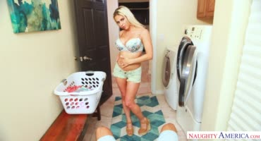 Блондинка ублажает бойфренда в ванной, орет от страсти