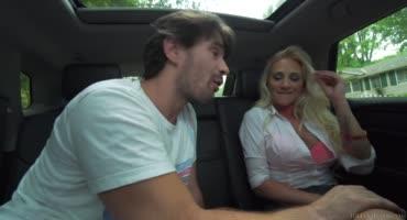 Мужик страстно ебет пикантную шлюху в машине