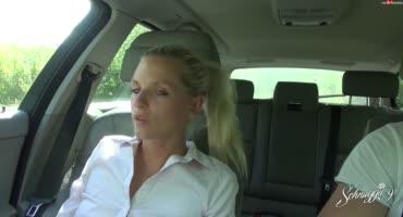 Блондинистая сучка поссала и трахнулась в машине