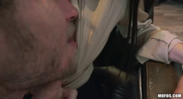 Жопастая Лана Роудс в офисе сосет хуй своему начальнику