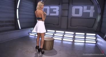 Татуированная блонда орет от страсти, лаская пилотку секс машиной