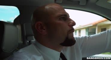 Пышнотелую проститутку трахнул в машине голодный таксист