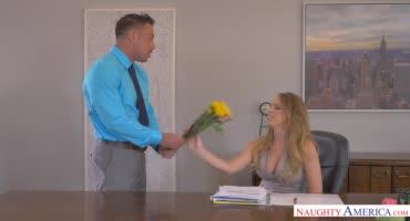 Недотрога порется с напористым сотрудником на офисном столе
