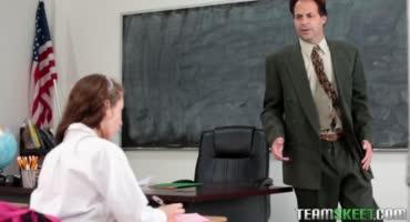 Наказал плохую ученицу за ее ужасное отношение к учебе