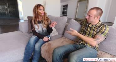 Сисястая мильфа сношается на диване с молодым любовником