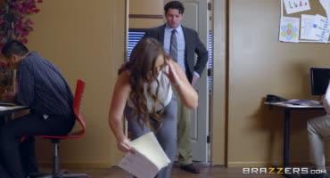 Похотливая соска кайфует от анального секса со своим другом в офисе