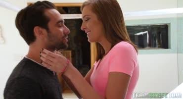 Юная девушка принимает член любимого парня в свою узкую киску