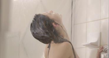 Великолепная брюнеточка решила повеселиться в душе