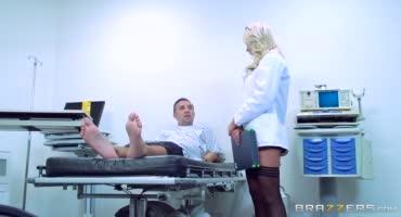 Сексуальная медсестра успокоила пациента сексом перед операцией