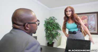 Черные парни ебут пикантную милфу в офисе