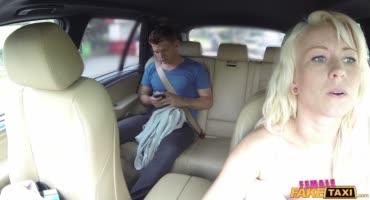 Молодойа парень насадил на свой елдак пикантную барышню в машине