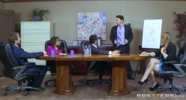 Мулаточка возбудилась бизнес-партнером что отдалась ему прямо на столе