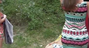 Позвал двух подружек в лес на пикник и устроил тройничек