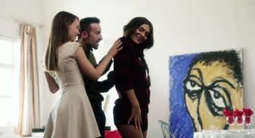 Девушки с бритыми кисками трахаются в гостях у своего друга
