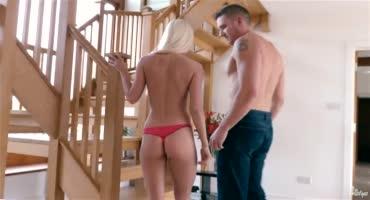 Гламурная блондинка Кэнди Лишус с удовольствием залезла на член своего парня