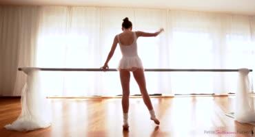 Юную балерину отлично трахнул ее парень и доставил удовольствие