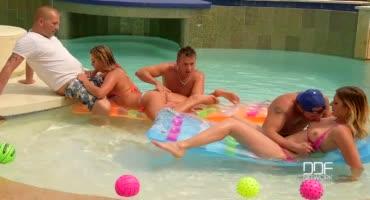 Секс оргия с молоденькими девушками в бассейне