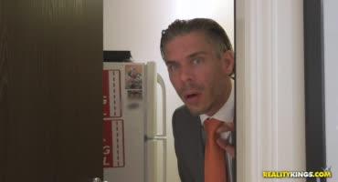 Зрелый Мик Блу заглянул в офис к своей секретарше и не смог устоять перед ней