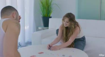 Карточные игры приводят к жаркому соитию с татуированной телкой на столе