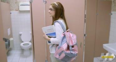 Старшеклассник трахнул двух юных девчонок в школьном туалете