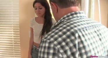 Зрелый папаша склоняет маленькую дочь к сексу