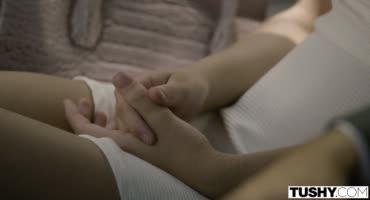 Молодая парочка долбится в анал на кровати