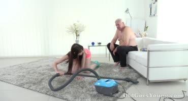 Пришла прибраться у дедушки, а в итоге получила его член в свою манду