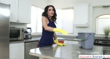 Домохозяйка не только хорошо убирается, но и круто трахается