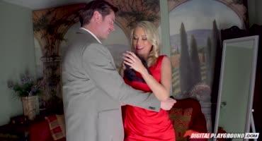 Сучка с вибратором в киске изменяет своему мужику с его другом