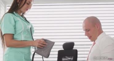 Вызвал медсестру, а она оказалась шлюховатой