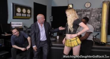 Отец сдает дочь в аренду негру и смотрит как ее жестко ебут, подрачивая член