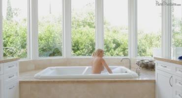 Красотка принимала ванну, пока не вошел мужик со стоячим членом