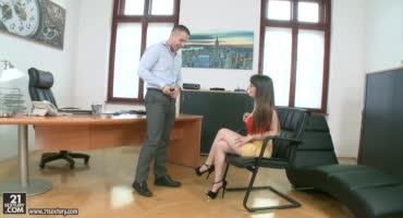 Директор трахнул сексуальную секретаршу прямо на столе и кончил в рот