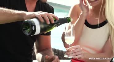 Блондинка после шампанского пошла вразнос