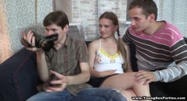 Взяв новую камеру, подростки решили заснять отличное порево